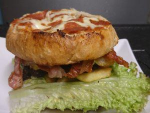 Pizza und Burger in einem bei Cani's Bistro in Coburg